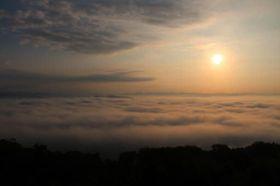 朝日に照らされて淡いオレンジ色に染まる霧の海(15日午前6時32分、高谷山の展望台から)
