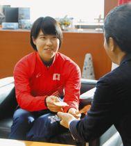 メダルを持ち、大井川知事と懇談する兎沢朋美さん=県庁で