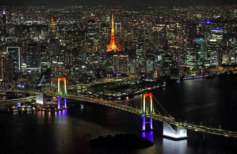 首都圏の緊急事態宣言の解除に合わせ、7色にライトアップされたレインボーブリッジ=25日夜、東京都港区(共同通信社ヘリから)