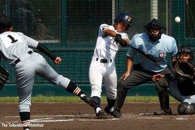 城東対小松島西 3回表、城東1死一塁、田邊が左中間三塁打を放ち2-1と逆転する=鳴門オロナミンC球場