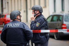 9日、ドイツ・ハレの乱射事件現場に駆け付けた警察官(ロイター=共同)