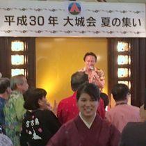 ゲストの伊丹幸雄さんの歌に拍手を送る参加者ら=1日、東京都内