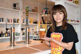 醸造したビールを手にする加藤絵美さん