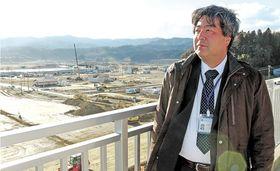かさ上げ工事が進む陸前高田市の市街地を見渡す中村さん