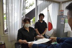 感謝状を受け取る水沼千怜さん(左)と石塚紀幸さん(中央)=稲敷警察署