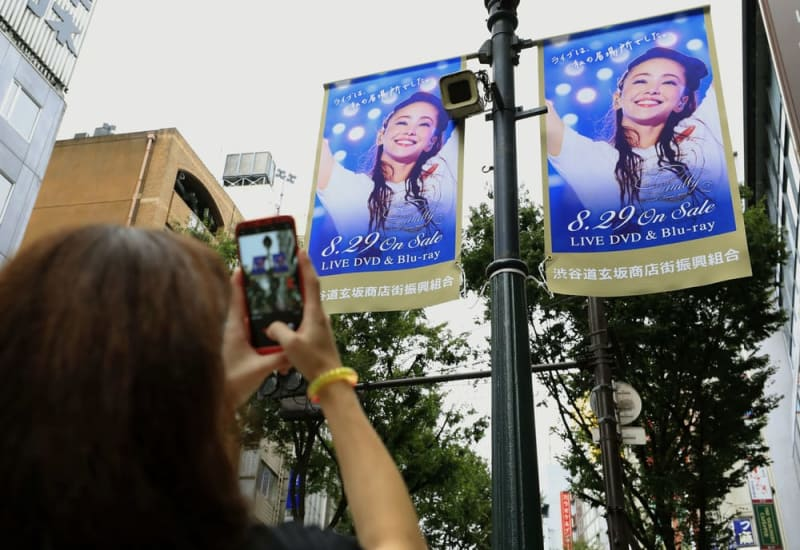 安室奈美恵さんの引退を前に、最後のツアーDVD発売の広告が掲げられた東京・渋谷の繁華街=2018年8月29日午前
