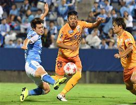 磐田―清水 後半19分、ゴールを決める磐田・松本(左)=ヤマハスタジアム