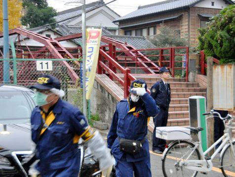 富岡八幡宮の殺傷事件現場に出入りする警視庁の捜査員=8日午後、東京都江東区
