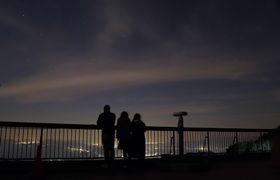 妙見岳駅展望台からは星空と島原半島の夜景が楽しめる=雲仙市小浜町