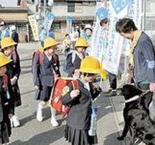 犬のおまわりさん、児童の登校見守る 東かがわ