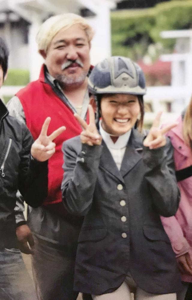 2010年ごろ、父貴さん(奥)と記念撮影する馬術・障害飛越の吉沢彩選手=東京都世田谷区の馬事公苑(家族提供)