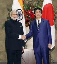 2018年10月、首相官邸で握手するインドのモディ首相(左)と安倍首相