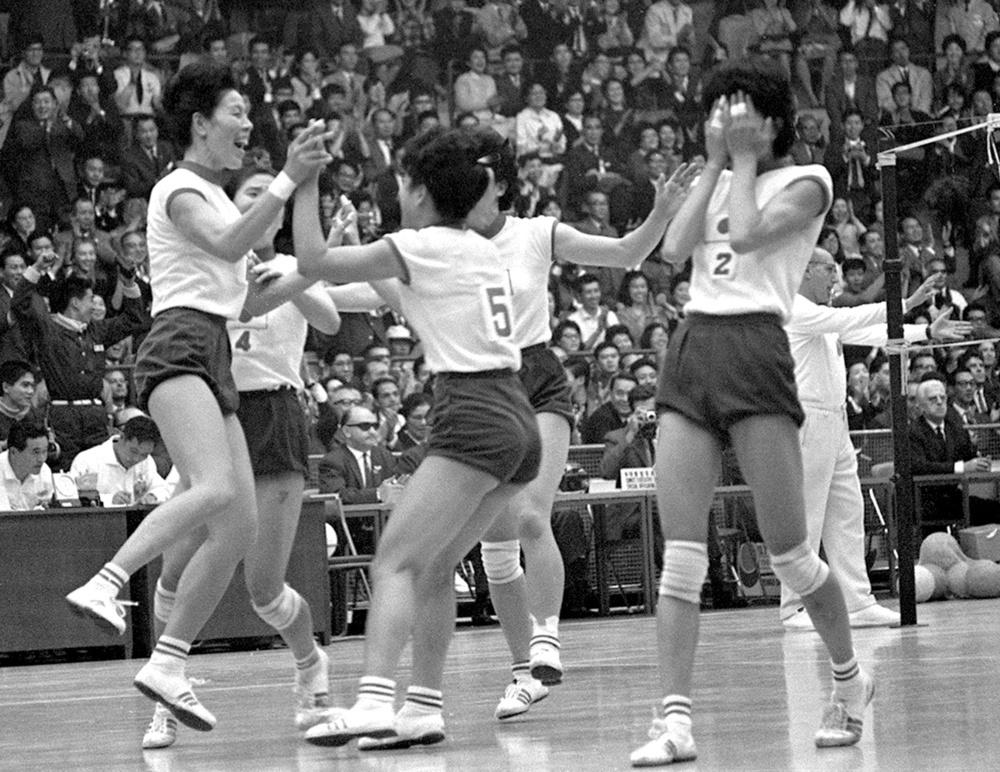 1964年10月23日、バレーボール女子最終戦でソ連を破って優勝、喜ぶ河西主将(左端)ら日本チーム