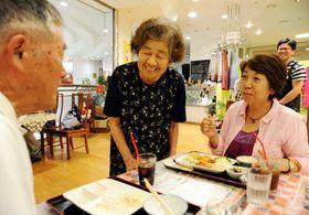 おせっかいな食堂で、「おいしいですか」とお客に声を掛けるお年寄り(左から2人目)