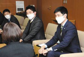 今季の成績や来季の目標を語る吉田社長(右)=鈴鹿市役所で