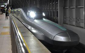10号車を先頭にJR新青森駅に入線する「ALFA―X」=19日未明