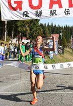 リードを守り抜く全力の走りで27連覇を成し遂げた益田清風高のアンカー天野=飛騨市森林公園