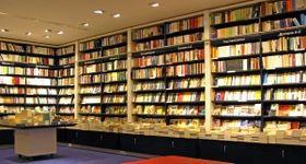 書棚の下の引き出しは在庫や備品の管理庫(Heiner Witthake/stock.adobe.com)