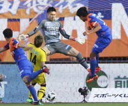 長崎―柏 後半、ヘディングで決勝ゴールを決める長崎・平松(右端)=トラスタ