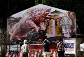 新年を待つ畳約50畳分の特大絵馬=霧島市牧園町窪田の和気神社