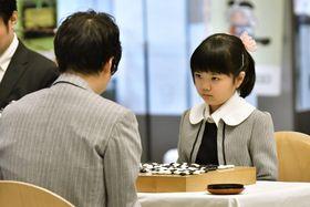 井山裕太五冠と対戦する菫さん