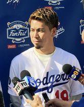 ドジャースタジアムでのファン感謝イベントで取材に応じる前田=25日、ロサンゼルス(共同)