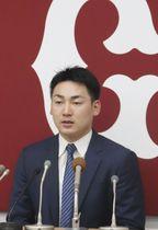 契約更改を終え、記者会見する巨人の丸=3日、東京・大手町の球団事務所