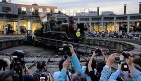 引退セレモニーで見送られるC56(27日午後7時10分、京都市下京区・京都鉄道博物館)