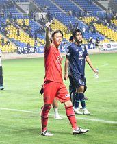 試合後にサポーターのコールに応える福岡・山ノ井(手前)