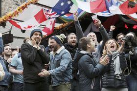 日本戦の後半、トライが決まり喜ぶスコットランドのファン=13日、英北部エディンバラ(共同)