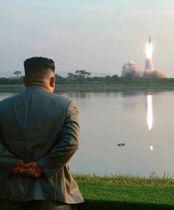 「新型戦術誘導兵器」の発射を視察する北朝鮮の金正恩朝鮮労働党委員長。7月26日付の労働新聞が掲載した(コリアメディア提供・共同)
