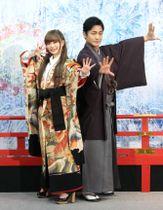 片岡愛之助(右)に歌舞伎の型を教わったきゃりーぱみゅぱみゅ=26日、東京都内