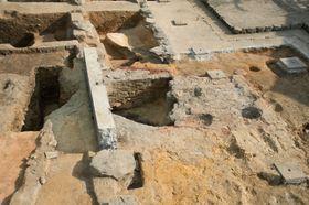 唐招提寺御影堂の床下で確認された窯跡(奈良県立橿原考古学研究所提供)