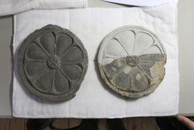 同じ木型で作られた法隆寺出土の瓦(左)と西安寺跡出土の瓦(上部は復元)(奈良県王寺町提供)