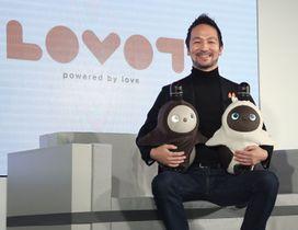 家庭用ロボット「LOVOT」を抱くGROOVE Xの林要代表取締役=18日午前、東京都中央区