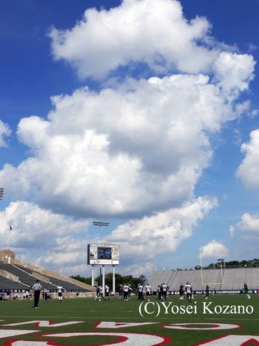 カントンのフィールド上に夏の空が広がる=撮影:Yosei Kozano