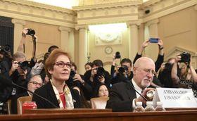 15日、米下院委員会の公聴会に出席したヨバノビッチ前駐ウクライナ大使(左)=ワシントン(UPI=共同)