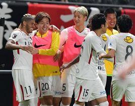 札幌-鹿島 後半31分、3点目を決めたレアンドロ(左)を祝福する三竿ら鹿島の選手=札幌ドーム、菊地克仁撮影