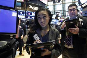 ニューヨーク証券取引所のトレーダーたち=21日(AP=共同)