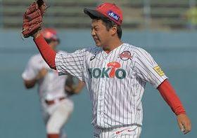 八回石川2死満塁、神谷を一ゴロに仕留め、喜ぶ信濃の3番手投手・保田