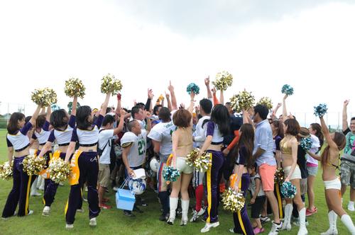 選手、チア、観客のハドルで締めくくったナルシアスボウル=撮影:Yohei kondo、7日、福井県立大学