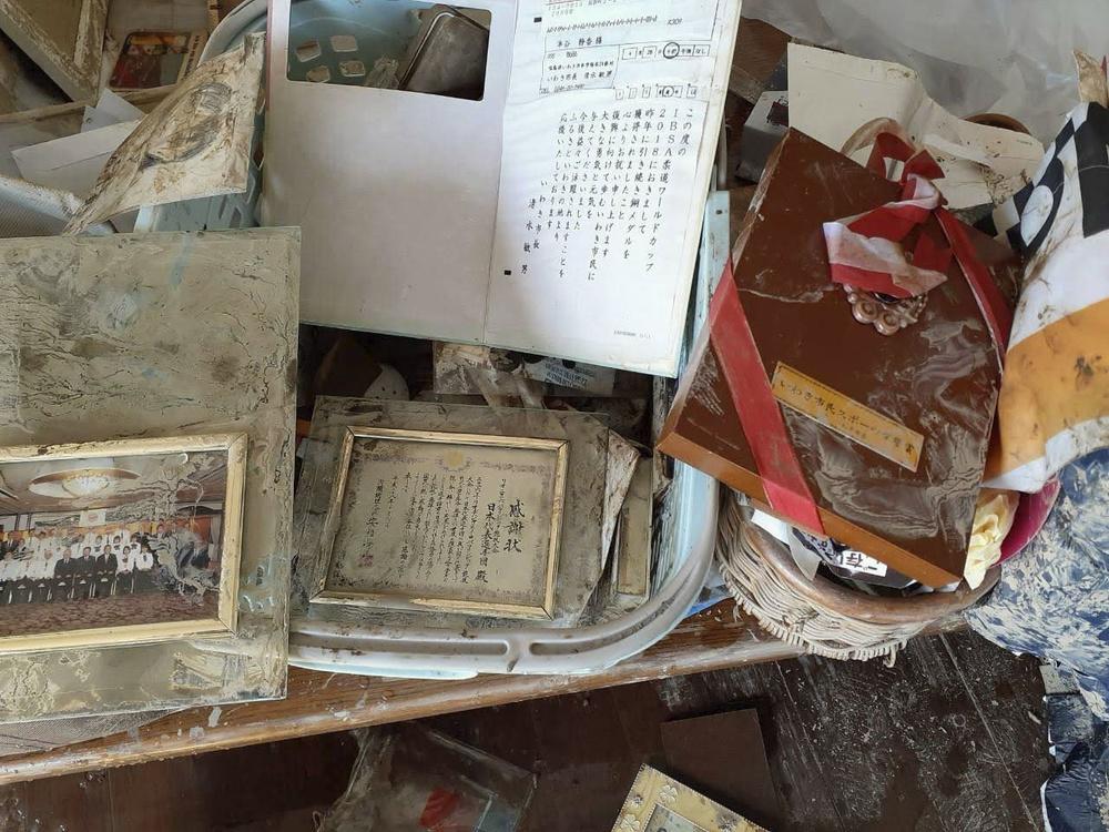 浸水した実家で見つかった半谷静香選手の賞状など(家族提供)