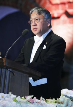 ノーベル賞授賞式後の晩さん会でスピーチするカズオ・イシグロ氏=10日、ストックホルム(共同)