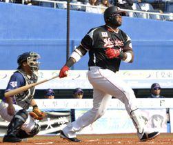 台湾プロ野球ラミゴとの交流試合で、右翼線へ2点適時打を放つロッテのバルガス=ZOZOマリン