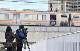 JR東海道線の枇杷島駅近くで、パンタグラフが破損し停車したままの電車=12日午後、愛知県清須市