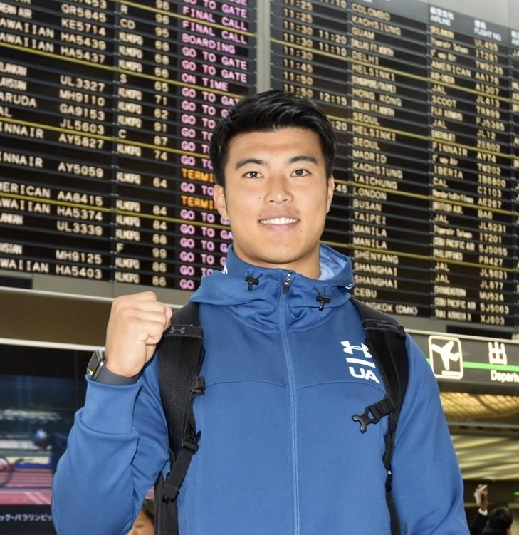 2年前にもNFL入りを目指して渡米した李卓選手=成田空港