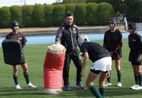 西階陸上競技場で今年2月開かれたラグビー教室に参加した、堀川隆延監督(中央)