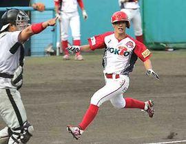 写真説明:九回信濃1死三塁、田島の内野ゴロで同点のホームを踏む代走ライ
