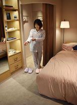 松屋銀座の着心地を確かめられるベッド付きの試着室=3月、東京都中央区