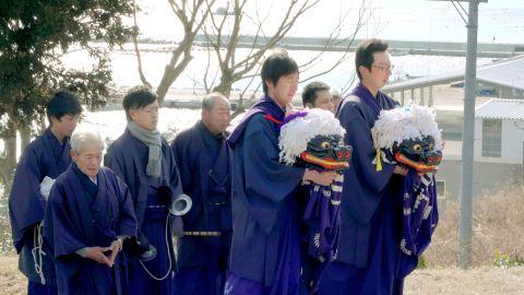 ドキュメンタリー映画「廻り神楽」の一場面。神楽衆が「神楽念仏」を唱えて過去の津波犠牲者を悼む((C)ヴィジュアルフォークロア)
